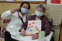 護理之家舉辦母親節手製卡片傳愛活動(1100506)